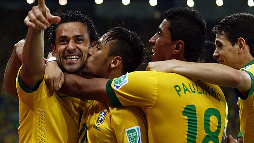 Fred celebra el tercer gol de Brasil