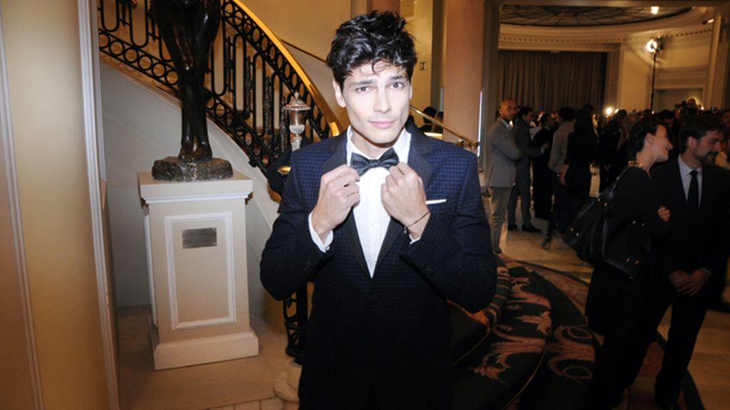 El modelo Javier de Miguel lució esmoquin de Tommy Hilfiger