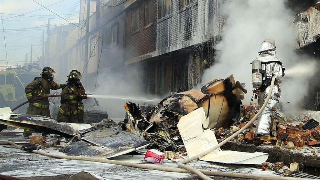 Mueren cinco personas al desplomarse una avioneta sobre un edificio