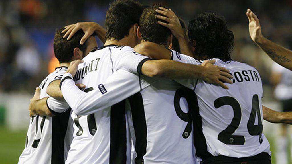El Valencia golea al Bursaspor y se jugará la primera plaza en Old Trafford