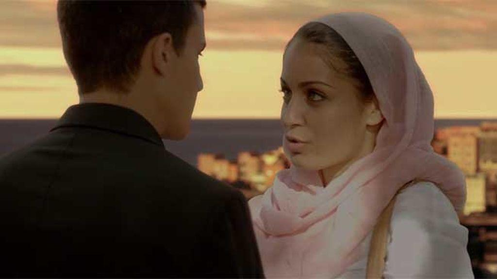 Aunque la atracción entre ambos es evidente, Fátima está prometida