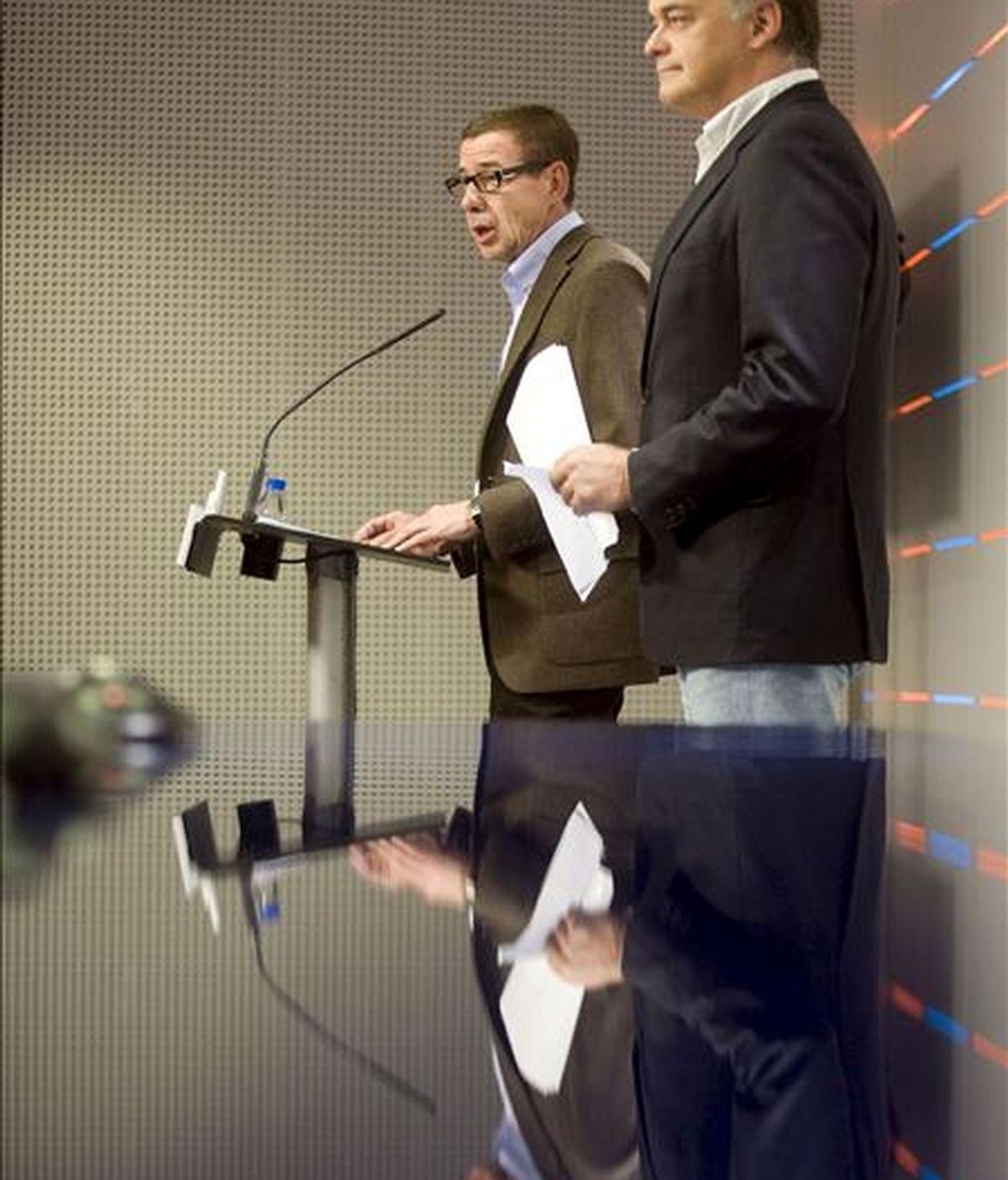 El vicesecretario general del PP, Esteban González Pons (d), y el secretario general del PP de la Comunitat Valenciana, Antonio Clemente, durante la rueda de prensa que han ofrecido en la sede de los populares valencianos, para dar un repaso de la actualidad política. EFE