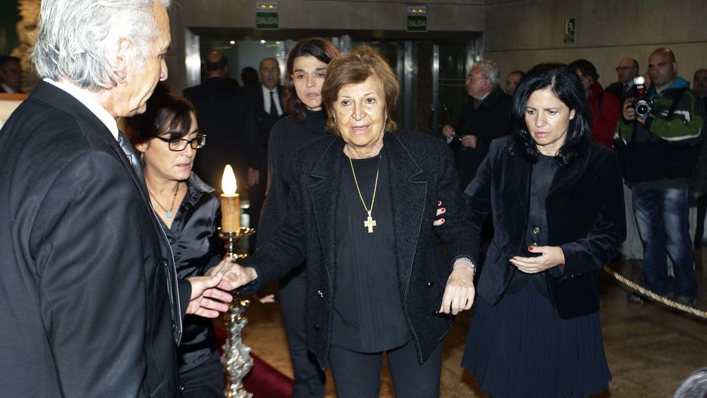 Isabel Páez a su llegada a la capilla ardiente de su marido