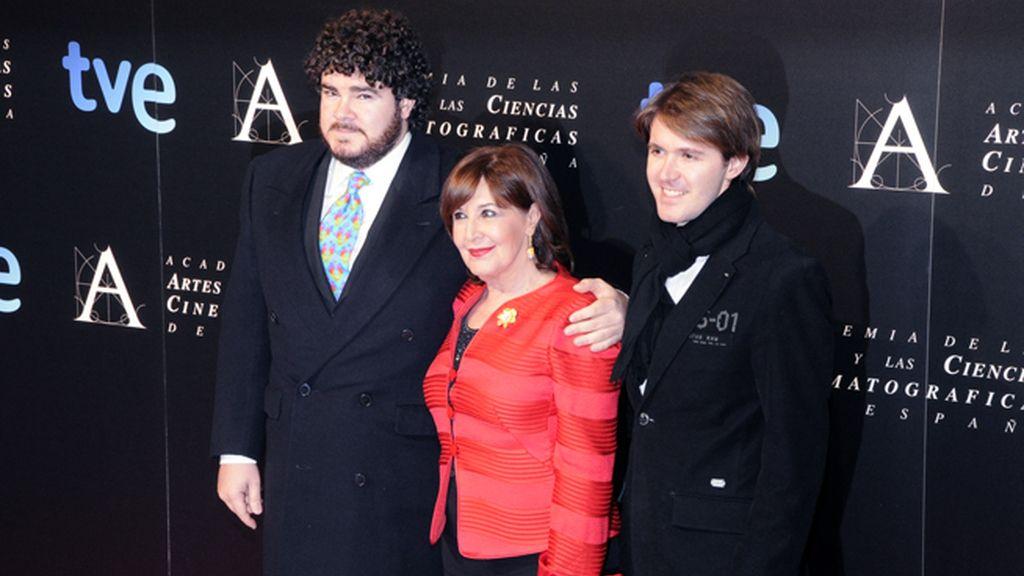 La Velasco acudió a su gran noche con sus hijos Paco y Manuel