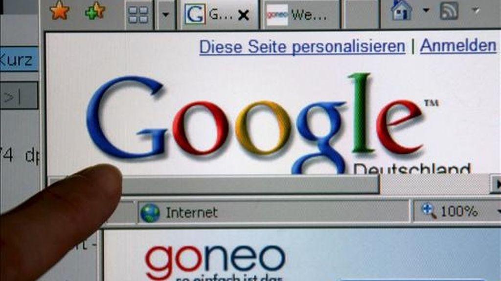 """Un dedo señala un monitor que señala el buscador Google y el proveedor """"Goneo"""". EFE/Archivo"""