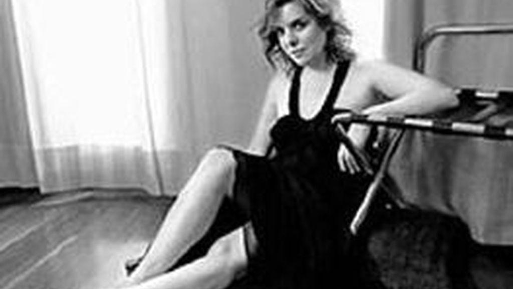 """La foto de la polémica publicada en la entrevista a la portavoz del PP, Soraya Saénz de Santamaría, que a pesar de la pose de modelo, descalza y escotada, confiesa que es """"muy tímida"""". Foto 'El Mundo'"""