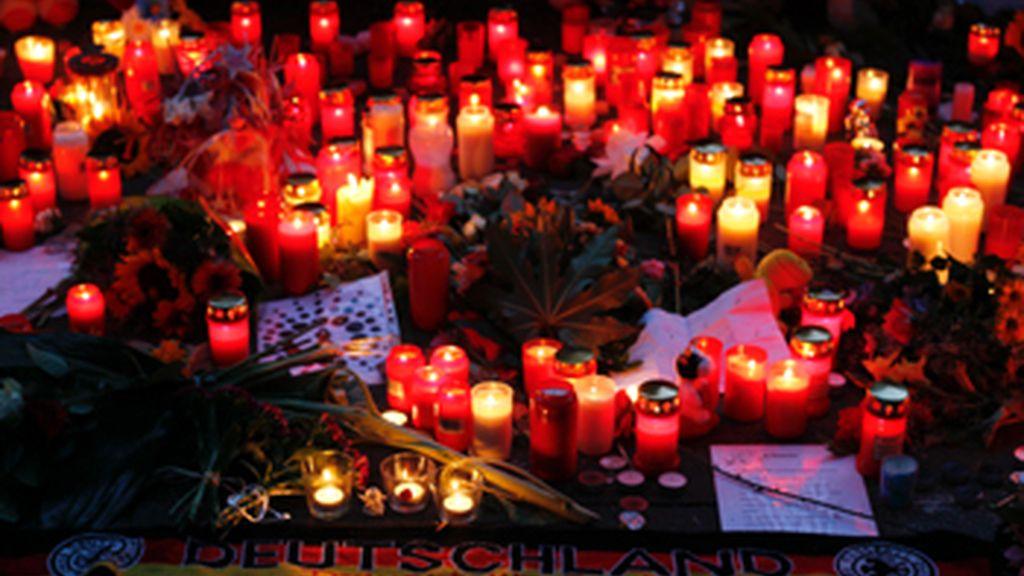 Un centenar de amigos y familiares dan el último adiós a una de las víctimas de la 'Love Parade'