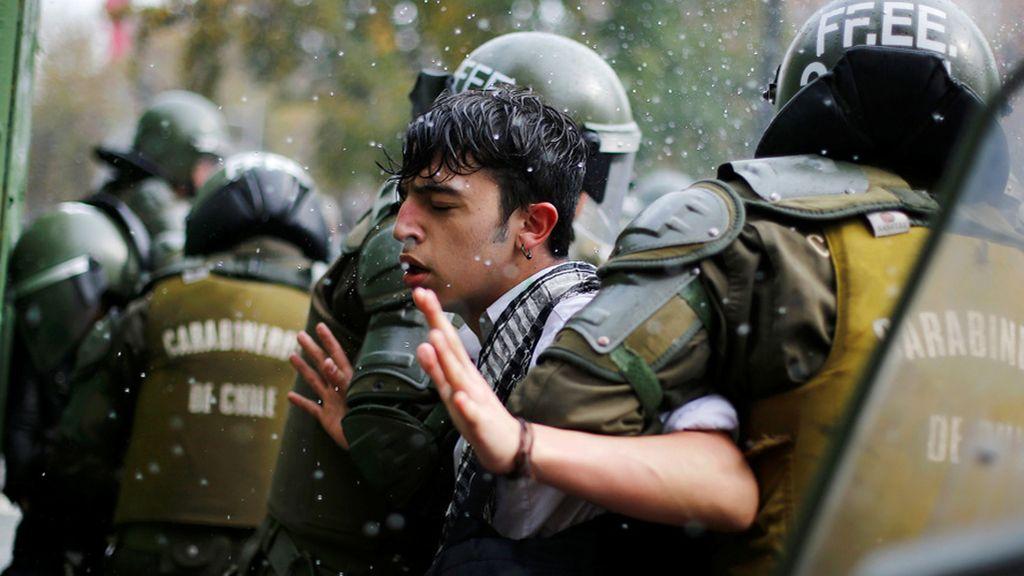 Joven detenido durante las manifestaciones de estudiantes en Santiago de Chile