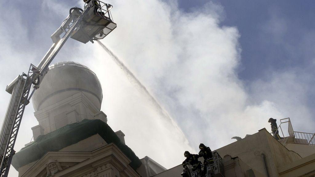 Los bomberos intentando apagar el fuego