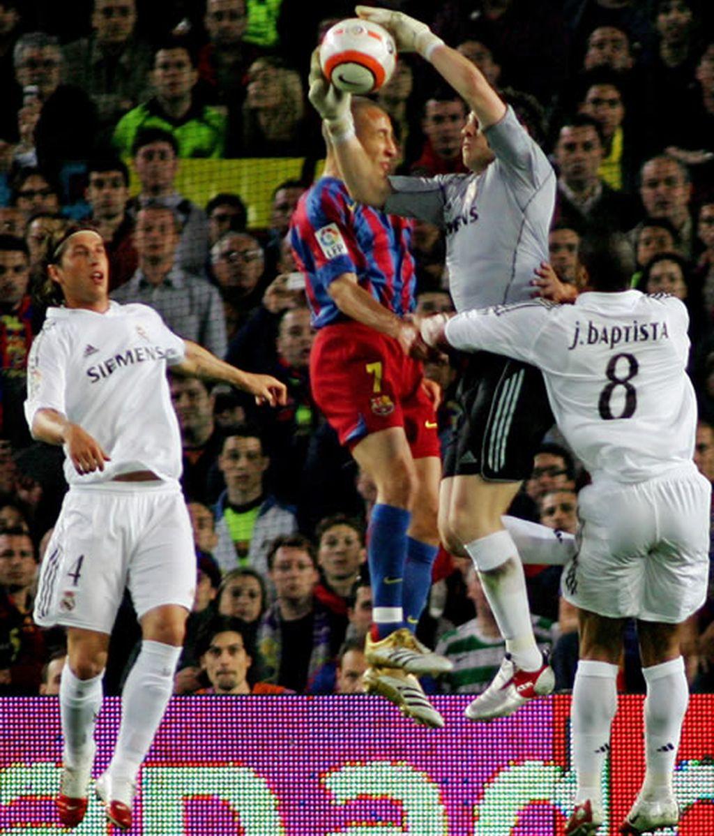 Larsson y Casillas saltan para atrapar el balón