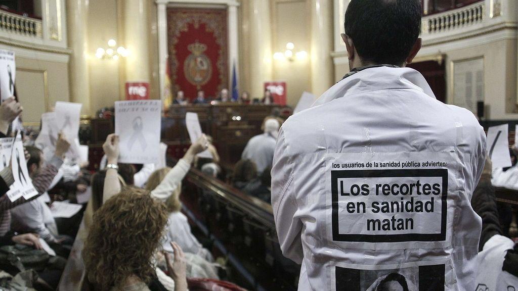 Los sanitarios madrileños toman la Asamblea regional en la jornada de puertas abiertas
