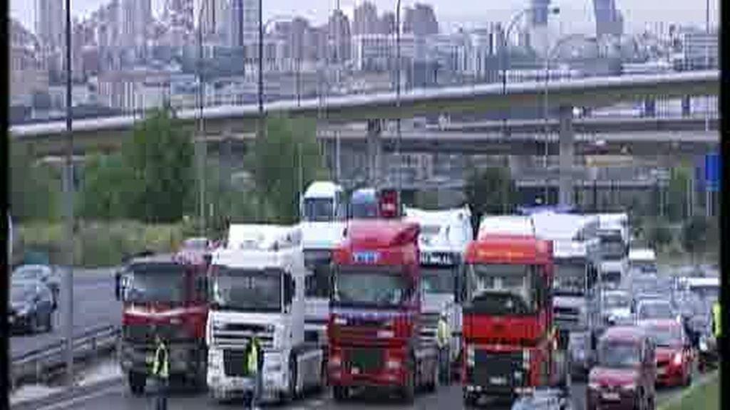 Amenaza con huelga de transportistas