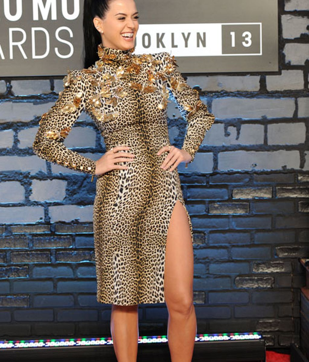 La cantante lució un vestido animal print con una raja