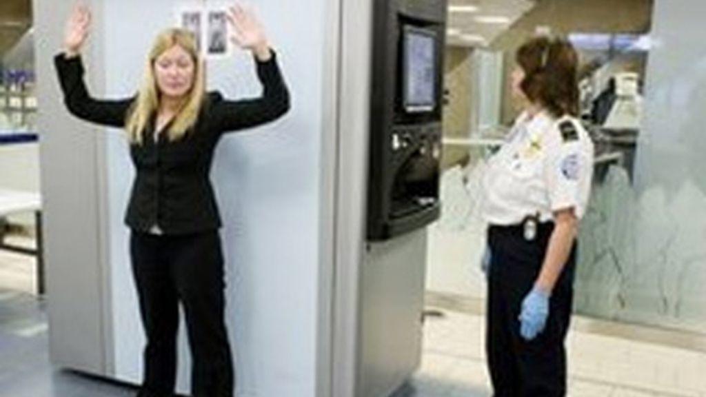 Imagen de una mujer sometida a un escáner corporal en un aeropuerto de EEUU. Foto: AP