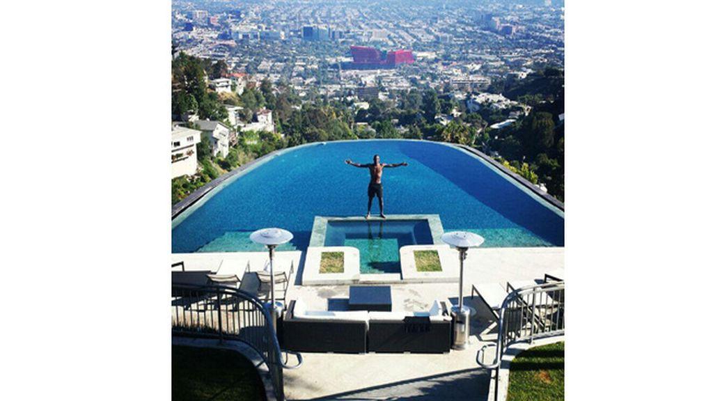Eric Abidal en una piscina de Los Ángeles