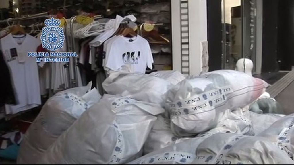 Intervienen 14.500 prendas de marca falsas que se vendían en tiendas de La Junquera