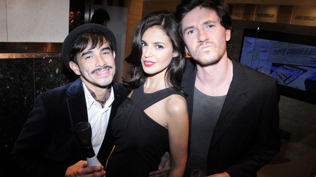 Isaac Vegas, Marta Torné, con vestido de Amaya Arzuaga, y Roger Gual
