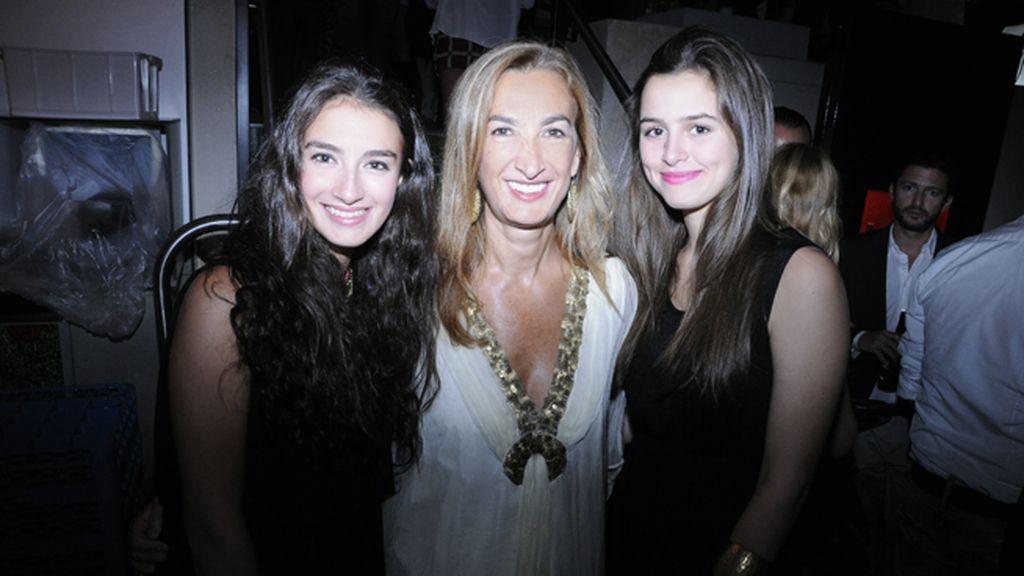 Marta Michel, directora de Yo Dona, junto a Leticia y Paula