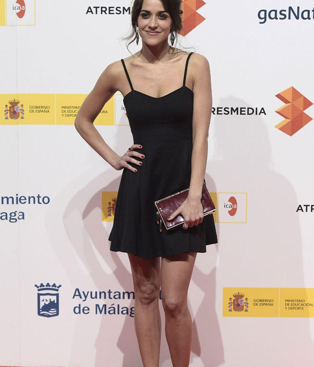 Macarena García, con vestido LBD y clutch granate