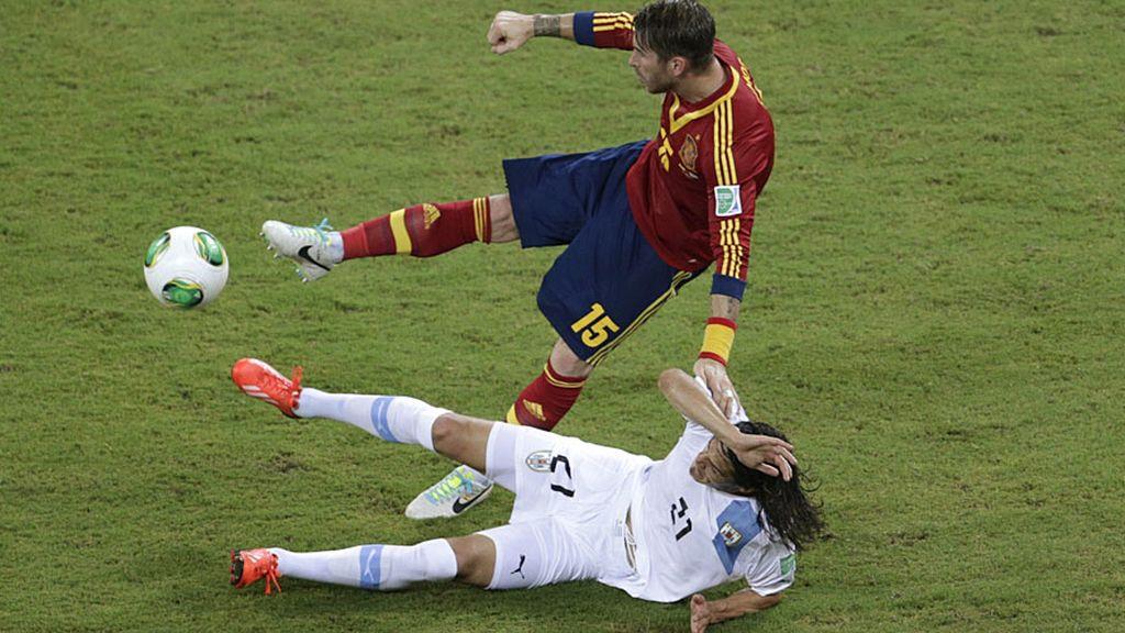 Sergio Ramos salta para evitar una entrada con los dos pies por delante