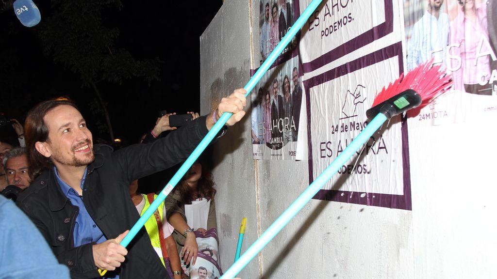 Pablo Iglesias colocando publicidad en las elecciones