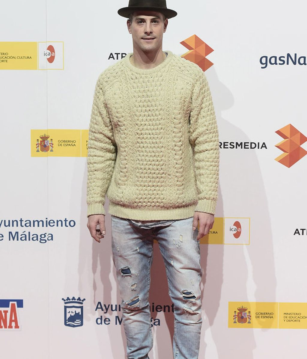 El actor de la serie de Telecinco 'Los Nuestos', con jeans, jersey y sombrero
