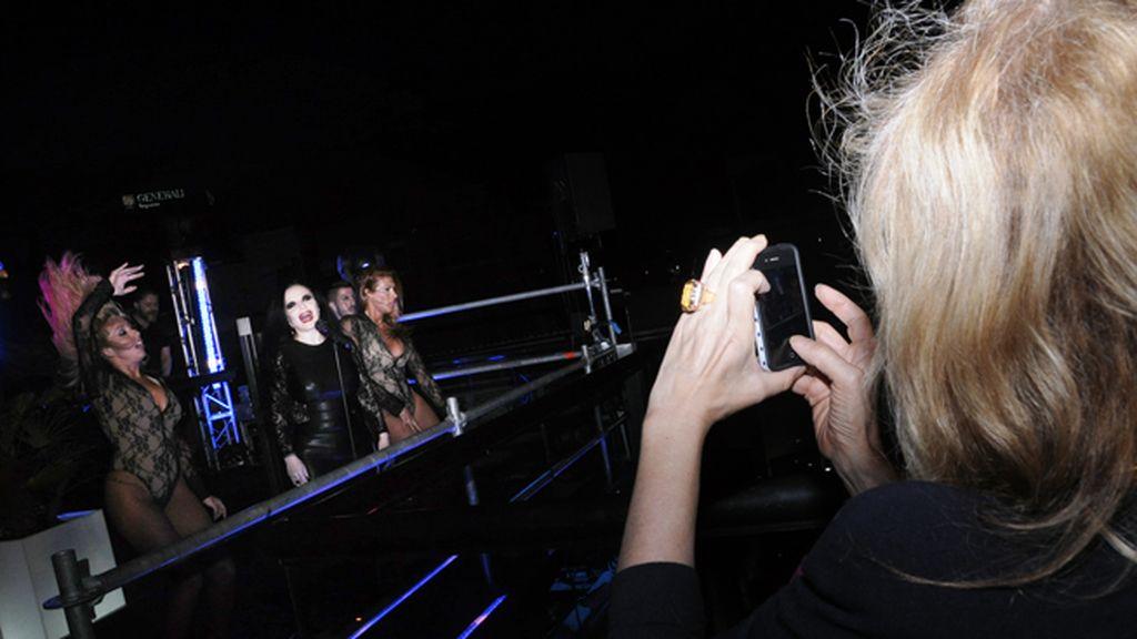 Bibiana Fernández a punto de subir una foto del concierto de Fangoria a su instagram