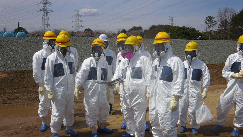 Técnicos de TEPCO que analizan los niveles de radiación en Fukushima