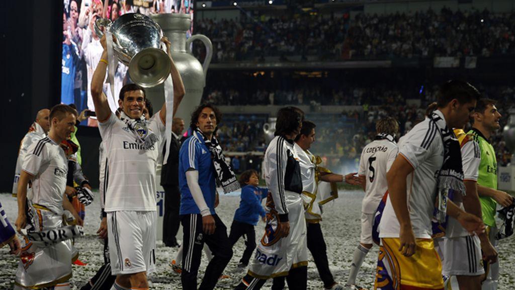 Gareth Bale y sus compañeros, levantando 'la Orejona' en el Bernabéu