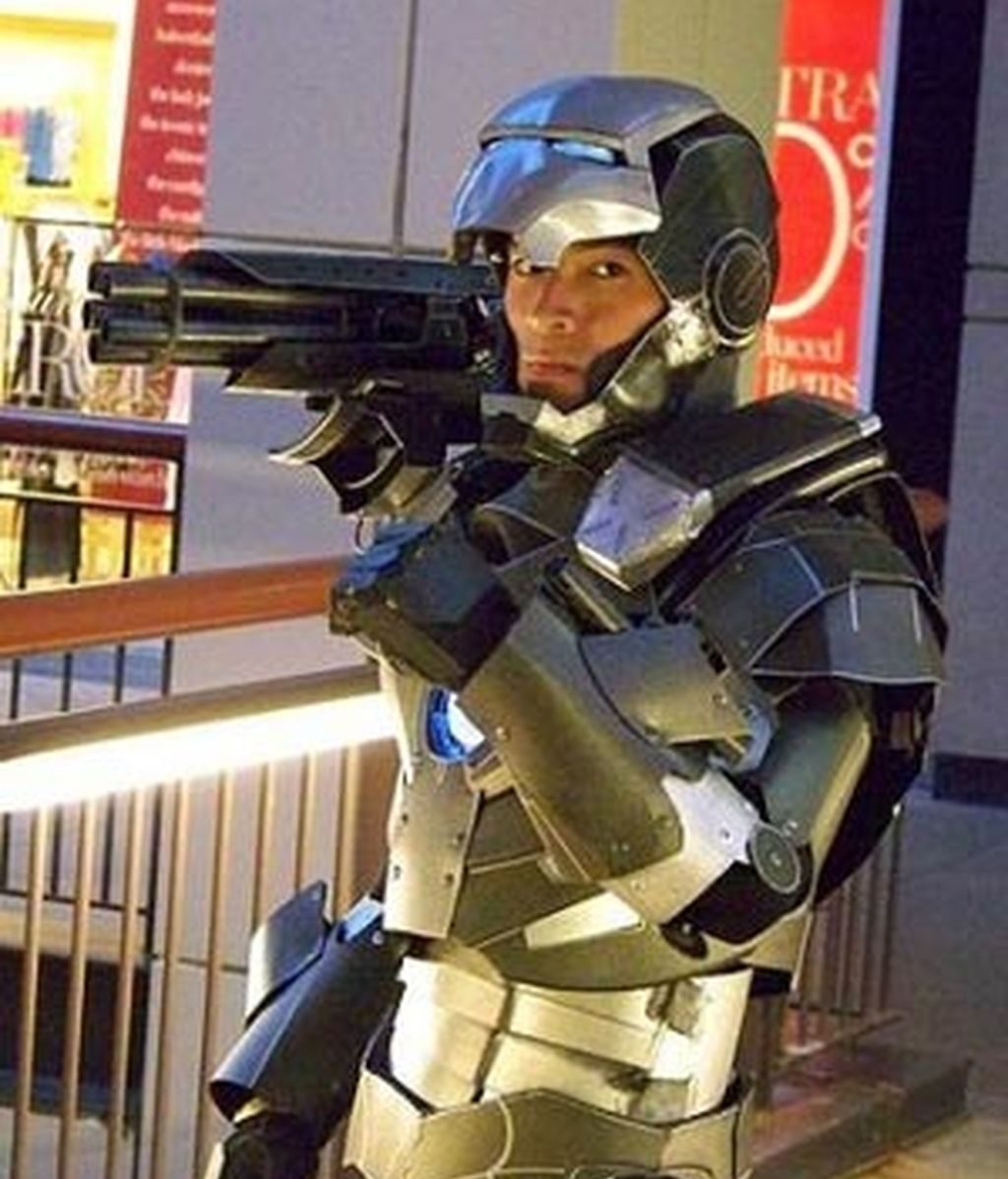 Anthony Le con el traje que se ha construido similar al del personaje del Universo Marvel 'War Machine', compañero de Iron Man.