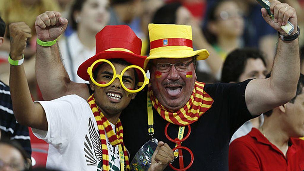 Dos aficionados en la grada animando a España