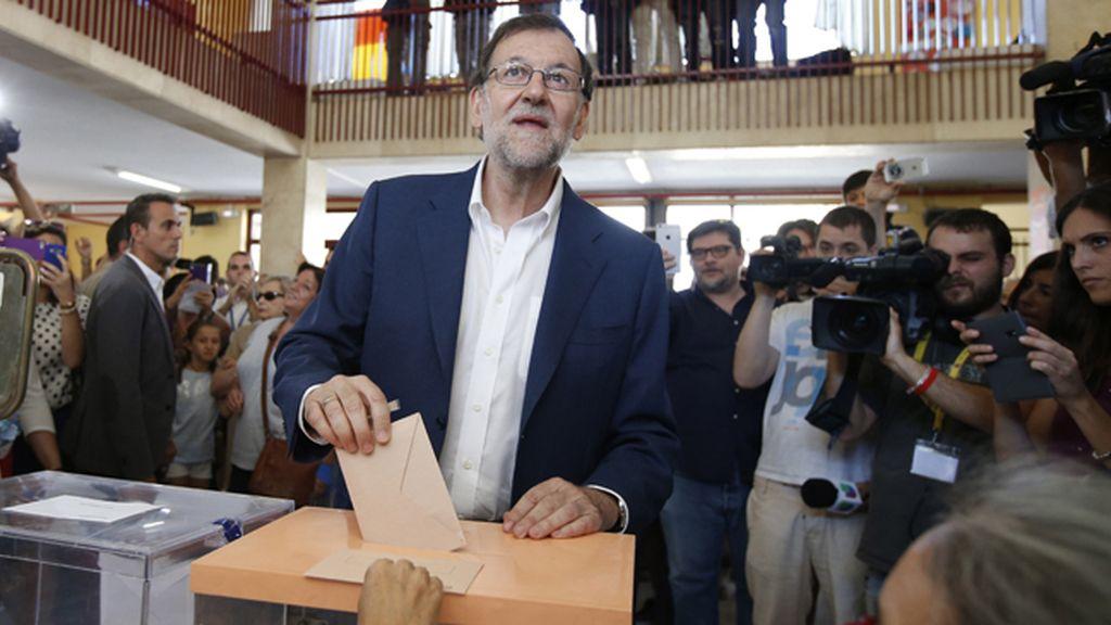 Mariano Rajoy en su colegio electoral