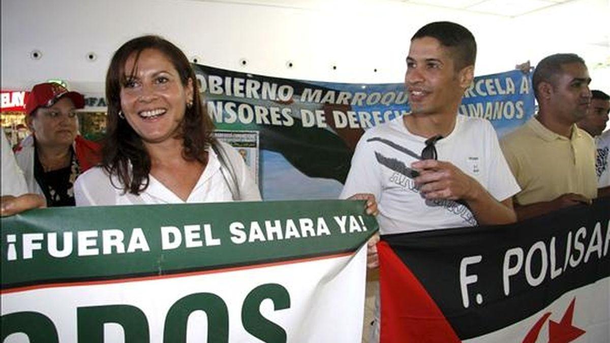 La presidenta de Coalición Canaria Claudina Morales (i), visitó hoy a la activista por los derechos del pueblo saharaui, Aminatu Haidar, en el aeropuerto de Lanzarote, donde esta última permanece a la espera de poder tomar un vuelo de regreso a El Aaiún, tras ser expulsada de Marruecos. EFE