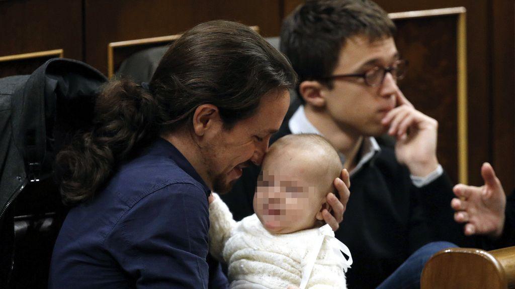 Pablo Iglesias acuna al bebé de Carolina Bescansa en el Congreso