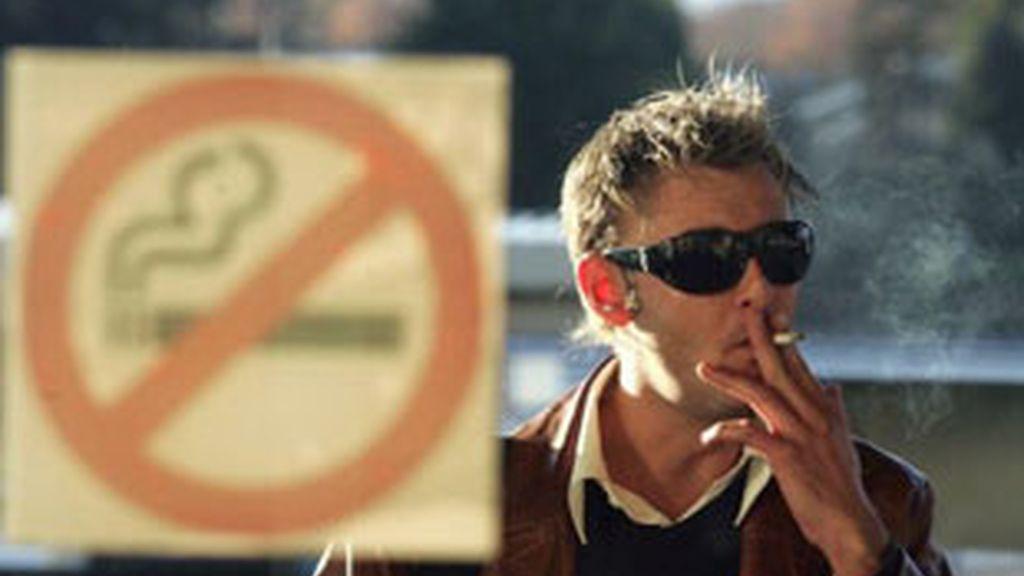 La nueva Ley Antitabaco prohíbe fumar en establecimientos públicos. Foto: EFE