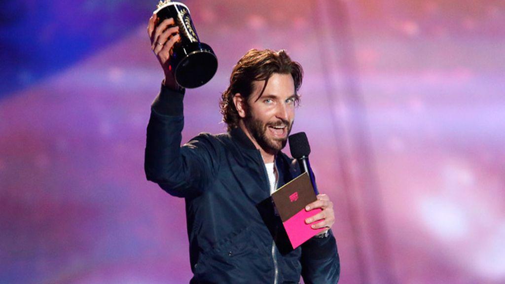 Bradley Cooper premiado por mejor actor y beso