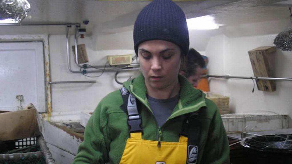 Samanta colabora a empaquetar el pescado