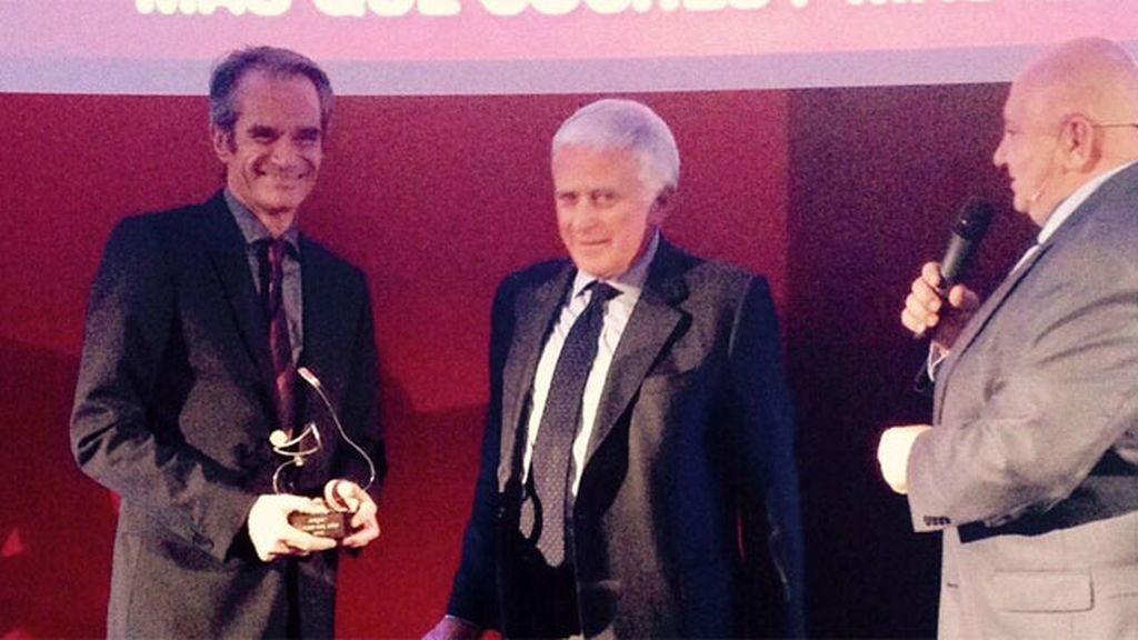 Paolo Vasile entrega el premio 'Coche del año' a Enrico di Lorenzo por el nuevo Opel Corsa