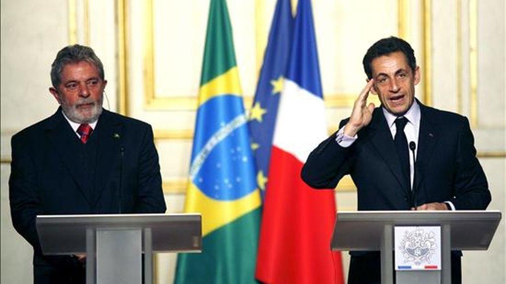 El presidente francés, Nicolas Sarkozy (d), y su homólogo brasileño, Luiz Inácio Lula da Silva (i), participan en la rueda de prensa en el palacio Elíseo de París el 14 de noviembre, en la que anunciaron una posición común para la cumbre sobre el Cambio Climático de Copenhague que prevé, entre otras medidas, la creación de una Organización Mundial del Medio Ambiente.EFE