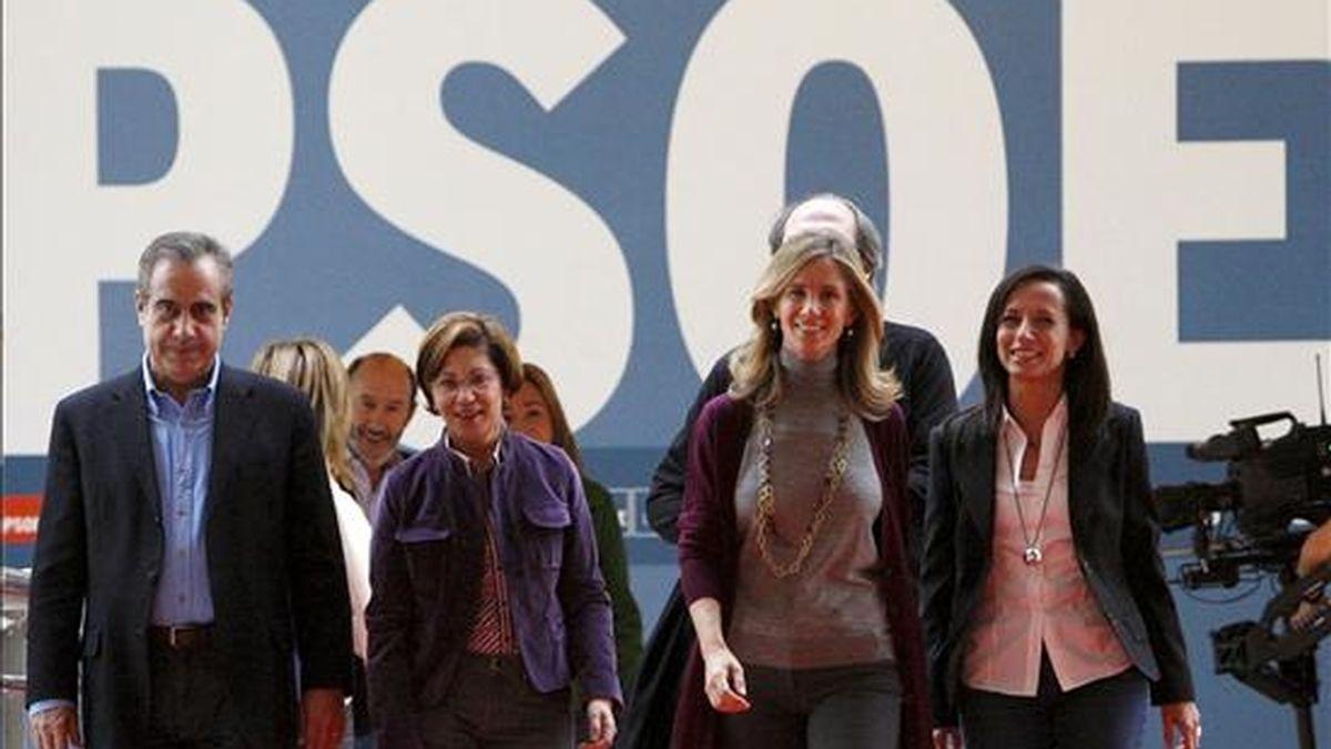 """De izquierda a derecha, los ministros de Trabajo, Celestino Corbacho; Medio Ambiente, Elena Espinosa; Ciencia, Cristina Garmendia, y Vivienda, Beatriz Corredor, a su llegada al acto central de la campaña """"Nuevas energías"""". EFE"""