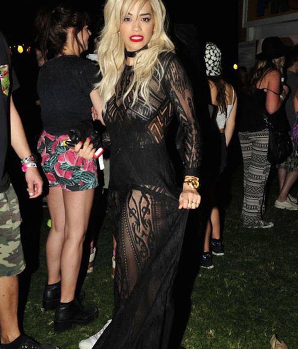 Rita Ora con vestido negro de encaje y tranparencias
