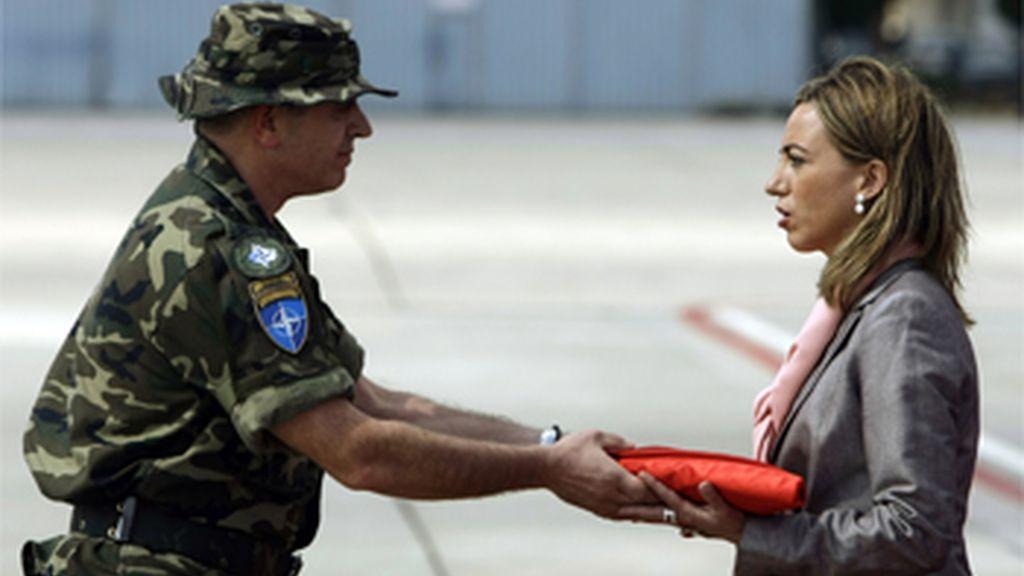 Chacón recibe a la última misión en Kosovo