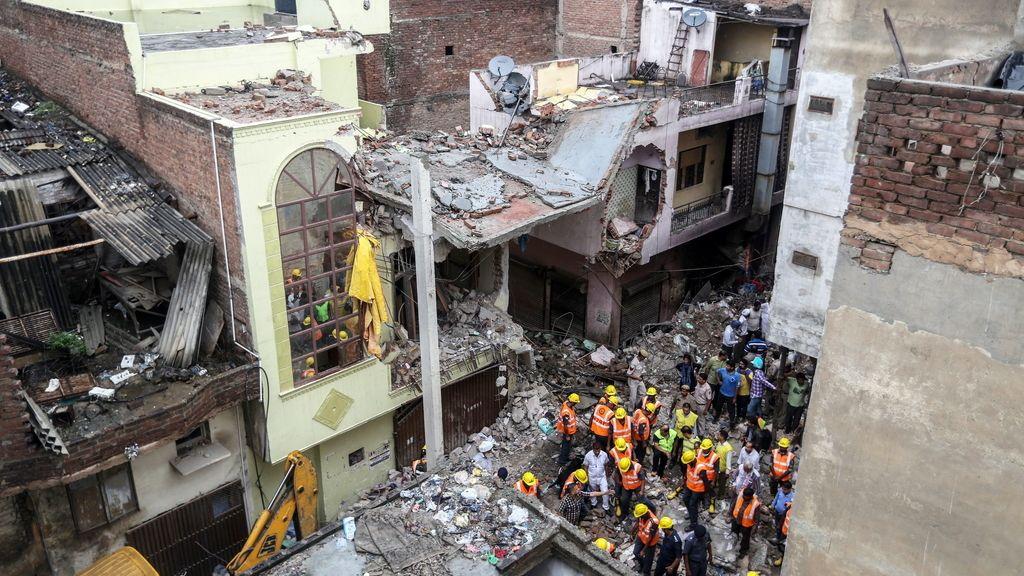Cinco muertos y una decena de heridos al derrumbarse un edificio en Nueva Delhi