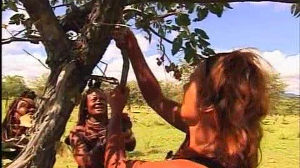 Montse recoge la leña mejor que las himba
