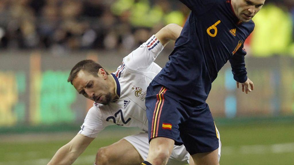 Iniesta trata de superar a Ribery