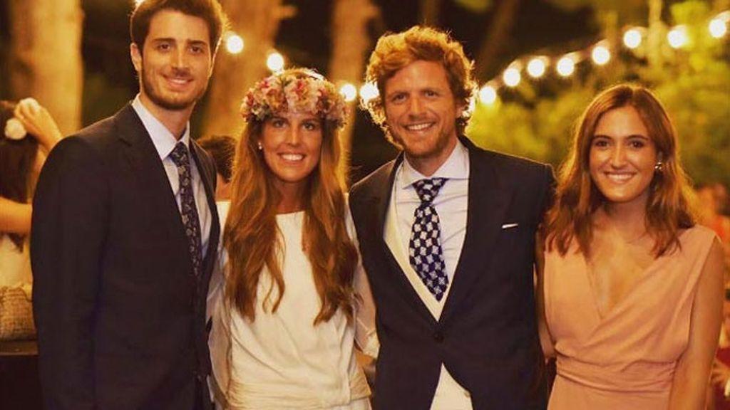 La novia y el novio, con unos amigos