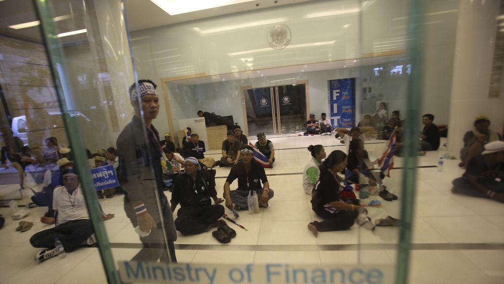 Varios manifestantes ocupan el ministerio de finanzas en Tailandia