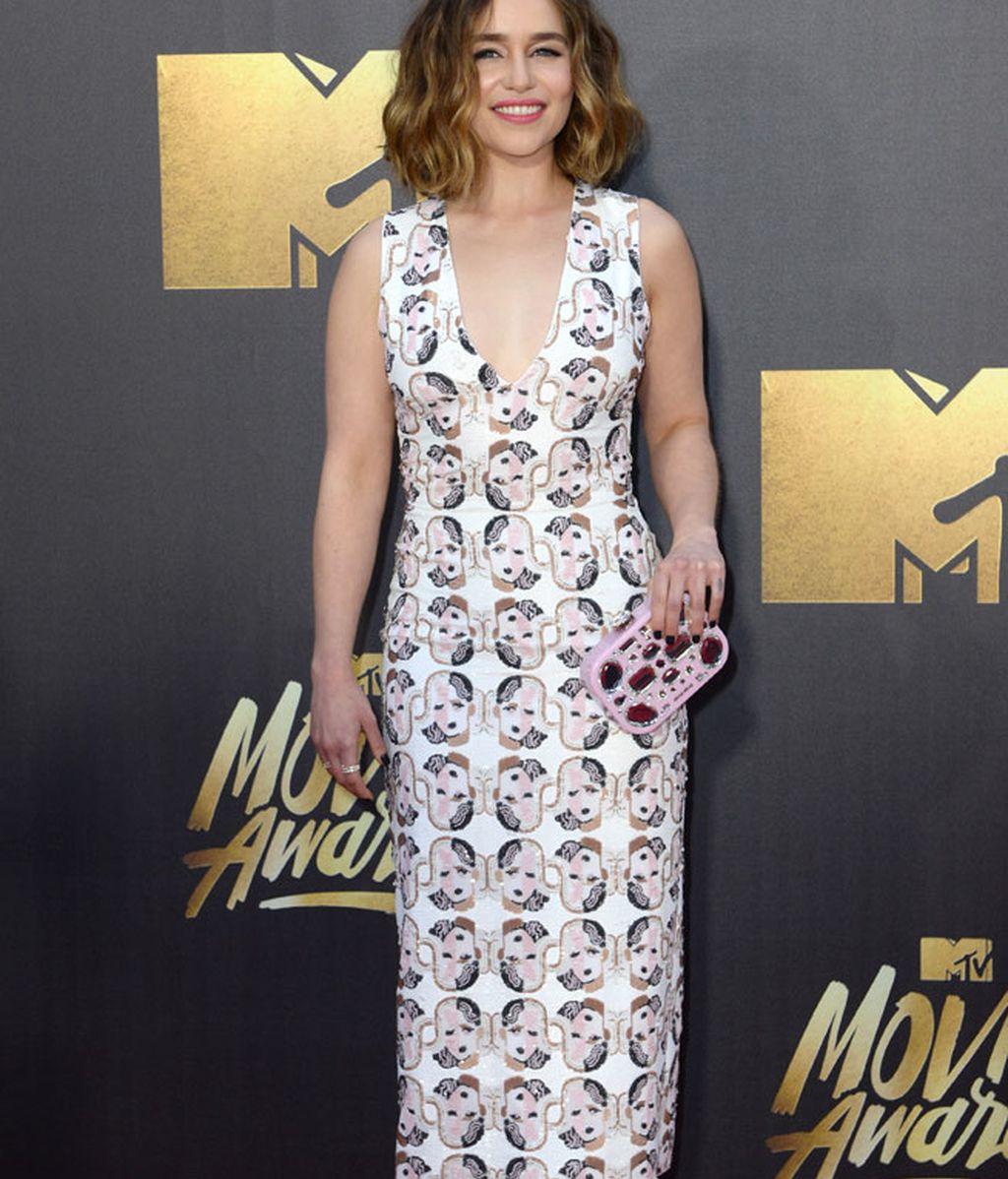 Emilia Clarke rompió con el negro con su vestido blanco estampado