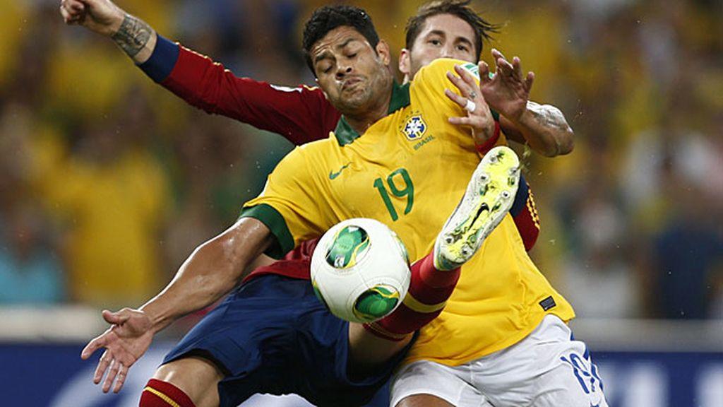 Ramos intenta robar un balón a Fred
