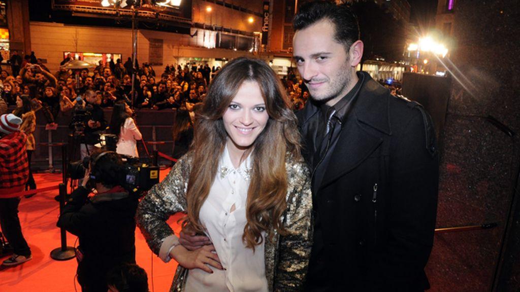 Asier Etxeandía junto a su acompañante a la entrada del cine Callao